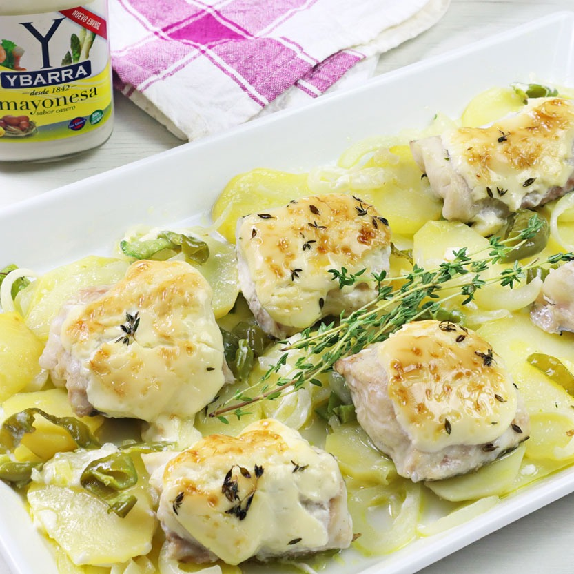 Merluza gratinada con mayonesa y patatas panadera