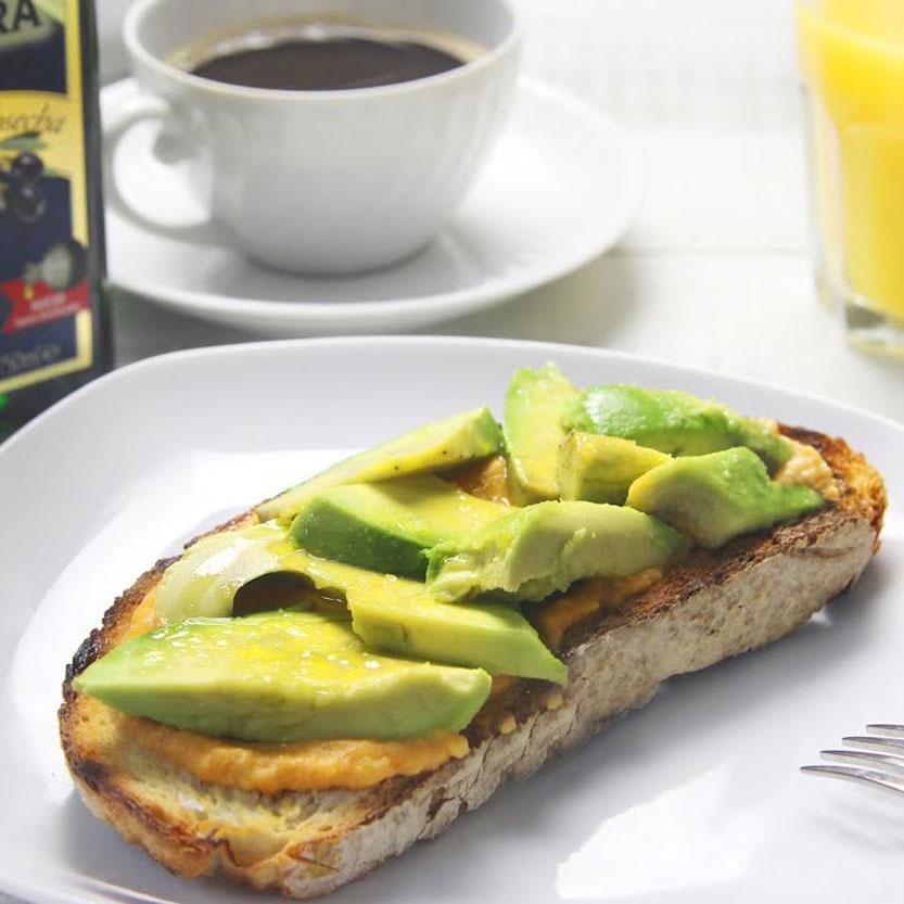 Desayuno saludable con tostada de aguacate y aceite de oliva virgen extra primera cosecha