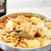 Dorada con fideos y patatas