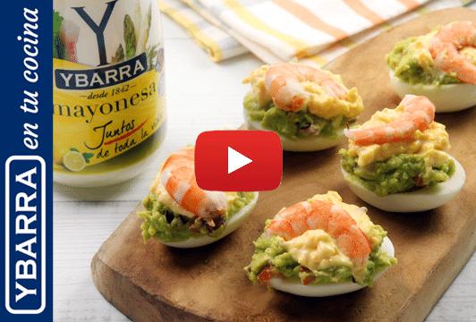Huevos rellenos con guacamole, langostinos y mayonesa