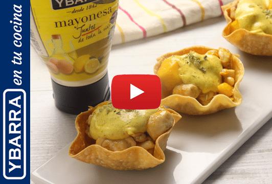 Aperitivo de cestitas de pollo, mango y mayonesa de curry
