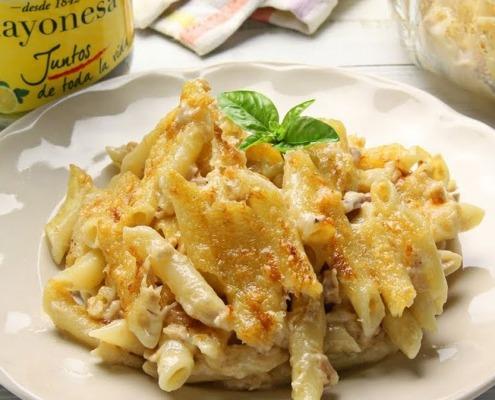 Macarrones gratinados con queso, mayonesa y atún