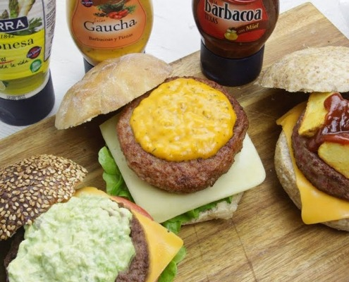 Hamburguesas de verano con mayonesa, salsa Gaucha y salsa Barbacoa