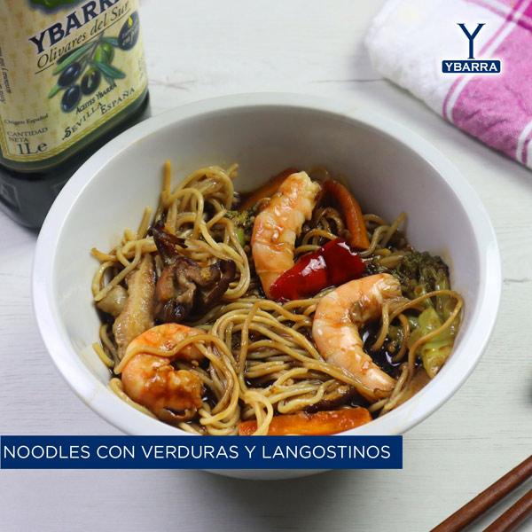 Noodles con verduras y langostinos