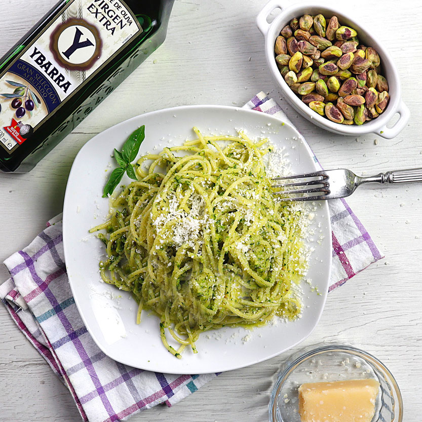 Espaguetis con pesto de rúcula y pistachos