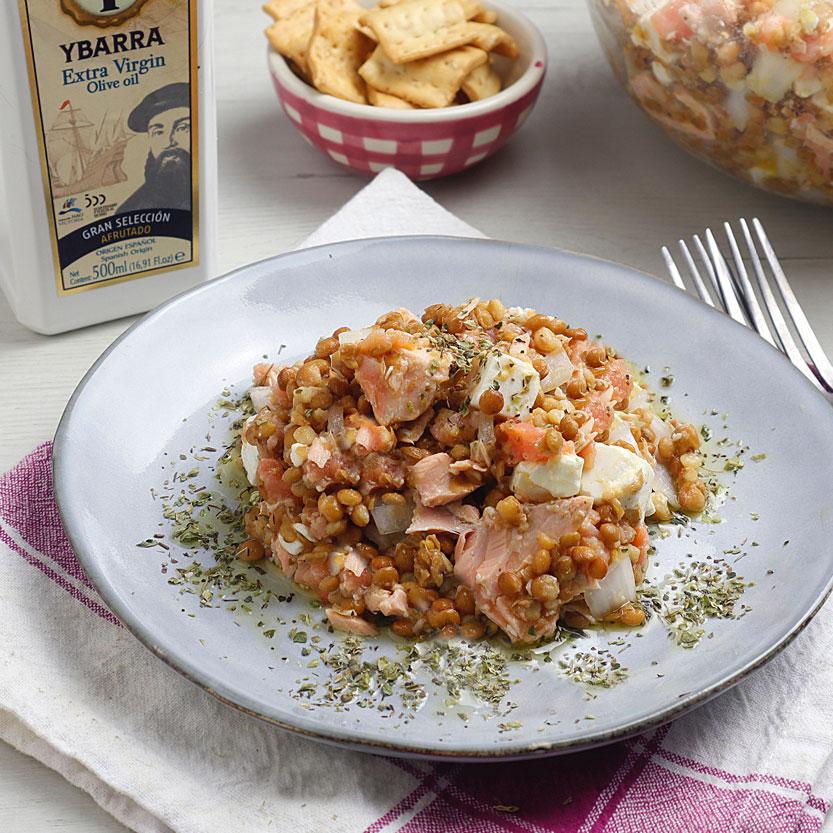 Ensalada de lentejas con salmón y queso feta