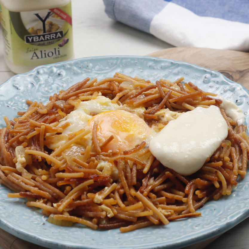 Fideos con huevo y salsa ali oli