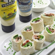 recetas ybarra rollitos con datiles, mayonesa y salsa roquefort
