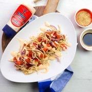 Dados de atún y gulas con mayonesa de Sriracha