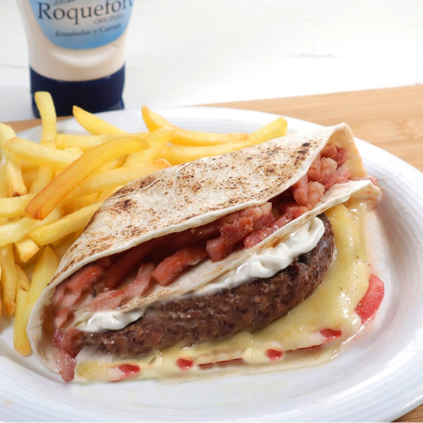 Wraps de hamburguesa, bacon y salsa Roquefort