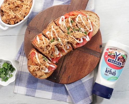 Tosta de pollo con salsa kebab