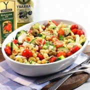 Ensalada fácil de garbanzos, pepino, tomates cherry y queso manchego