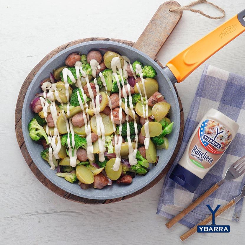 Patatas con salchichas y brócolis