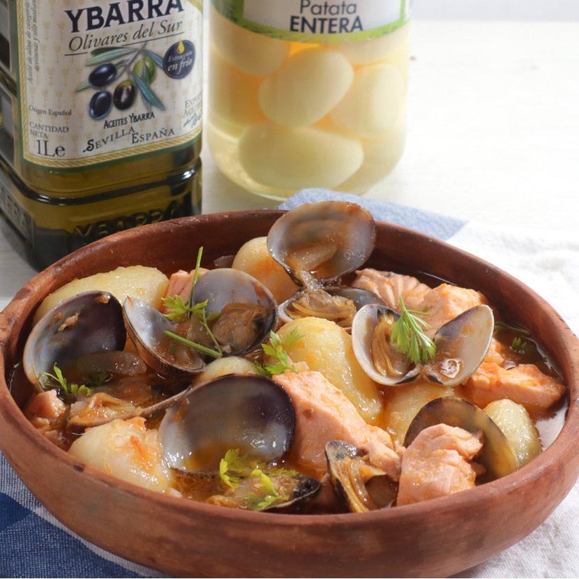 Cazuela de patatas, salmón y almejas